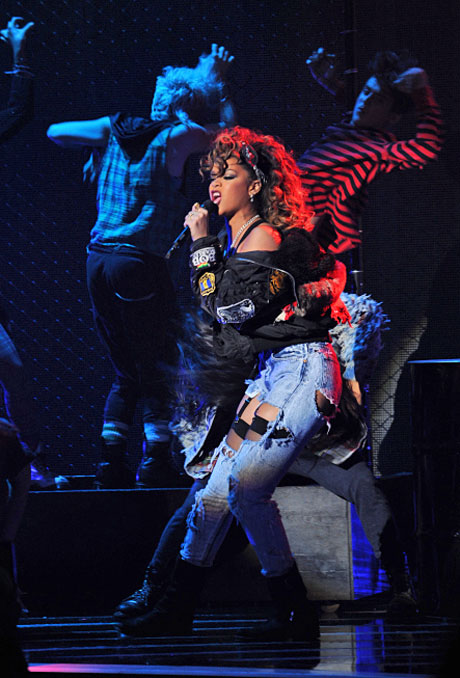 Rihanna Performs on The X Factor November 17, 2011 [VIDEO]