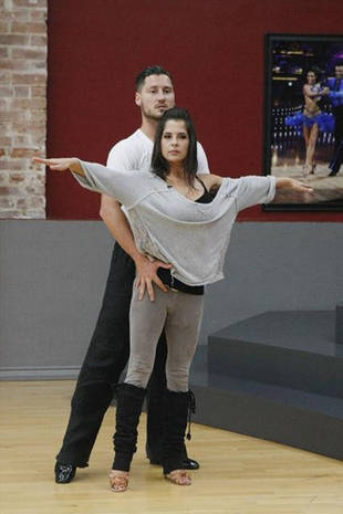 do kelly and val dating If reaction from their fellow contestants is any indication, soap star kelly monaco and val chmerkovskiy are dating the dancing duo made it to the semifinals on dancing with the stars.