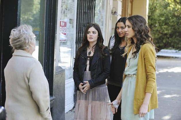 Caption This: What Is This Lady Telling the Girls in Pretty Little Liars Season 2, Episode 24?