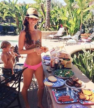 Lydia McLaughlin Shows Off Slim Body in Tiny Pink Bikini (PHOTO)