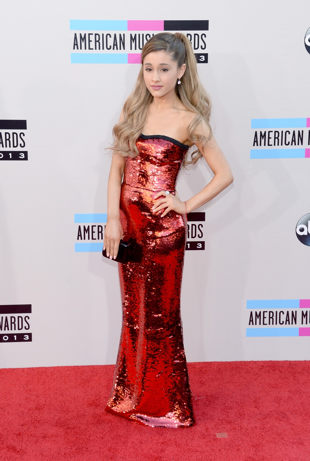 "Ariana Grande Sings ""Tattooed Heart"" at 2013 American Music Awards — Gets Standing Ovation! (VIDEO)"