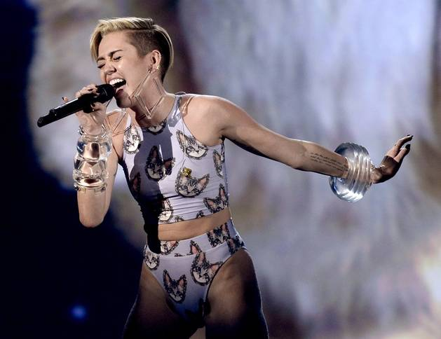 "Miley Cyrus Sings ""Wrecking Ball"" With a Giant Cat at 2013 American Music Awards (VIDEO)"