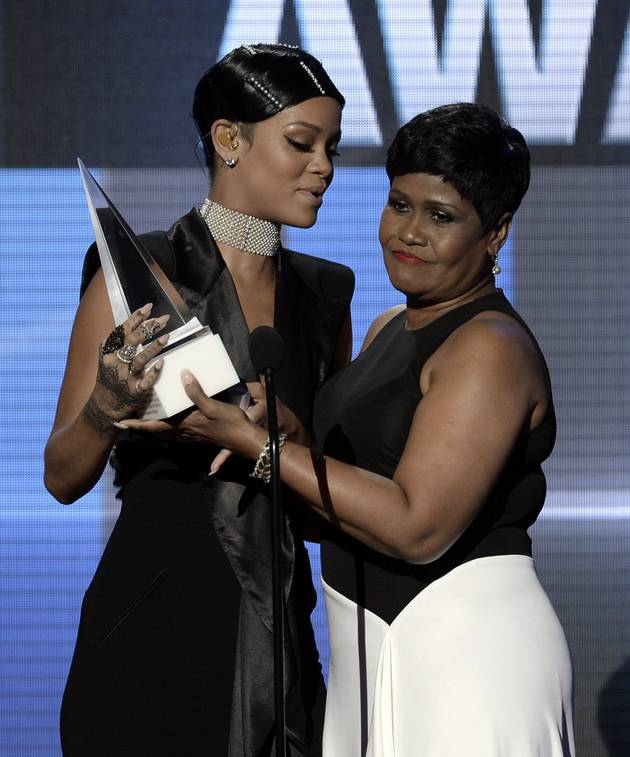 Rihanna's Mom Steals the Show at 2013 American Music Awards — Watch Her Adorable Speech! (VIDEO)