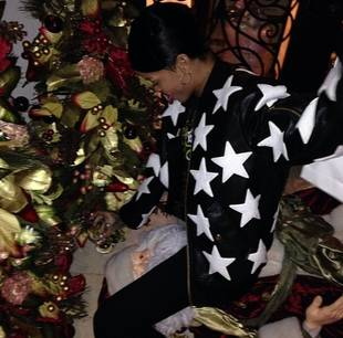 Rihanna Straddles Santa Claus's Face in Shocking Pic (PHOTO)