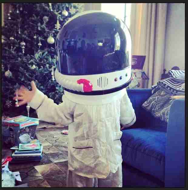 Ellen Pompeo Has People From Outer Space in Her Living Room! (PHOTO)
