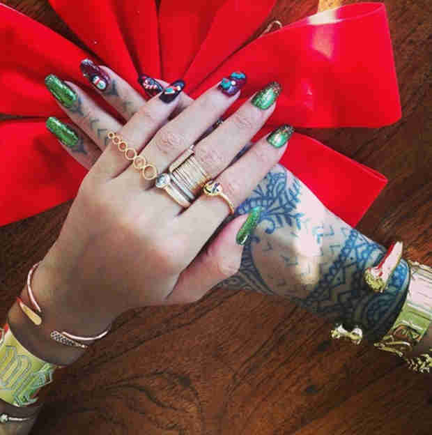 "Rihanna Shows Off ""Christmas Nail Swag"" — With Very Naughty Ke$ha Joke (PHOTO)"