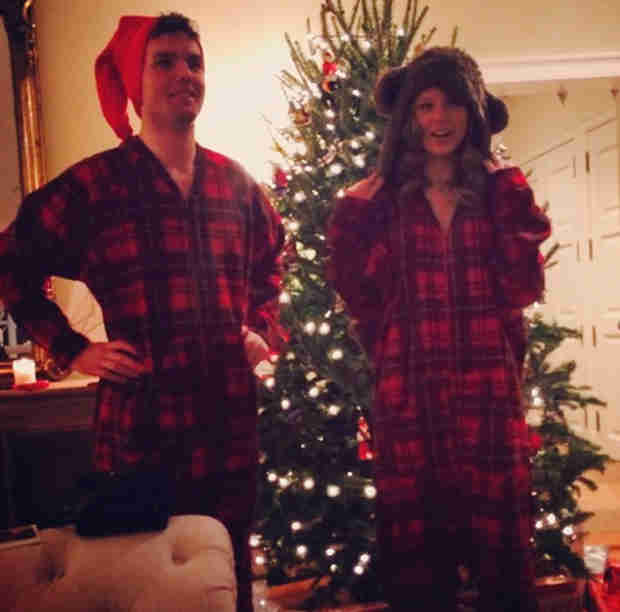 "Taylor Swift Shows Off ""Matching Christmas Onesies"" (PHOTO)"