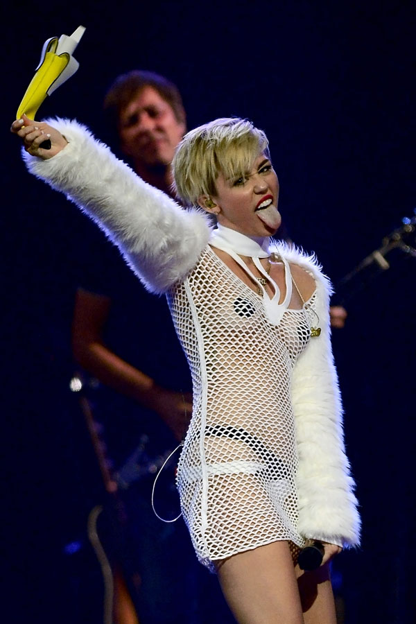 Does Miley Cyrus Sing Old Songs at Concerts? 3 Weird Questions, Answered