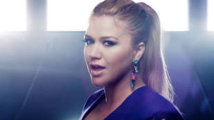 "Kelly Clarkson ""People Like Us"" Saves Us From a Black and White World"