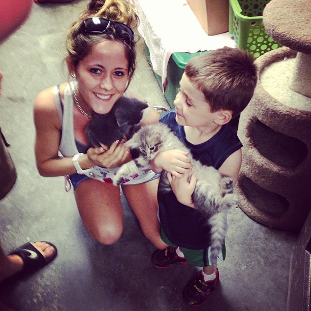 Jenelle Evans and Son Jace Volunteer at Humane Society! (VIDEO)