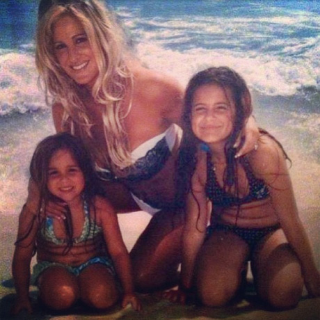 "Kim Zolciak Bakes ""Slutty Brownies"" With Her Daughters (VIDEO)"