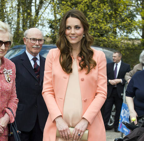"Pregnant Kate Middleton ""Finds Pregnancy Fascinating"" Weeks Before Giving Birth!"