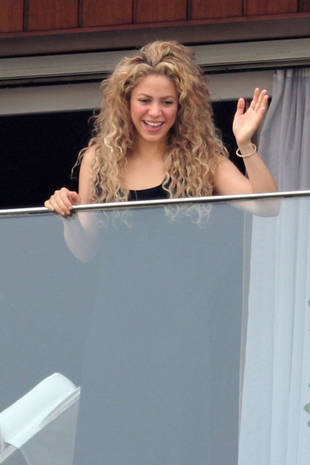 Shakira Greets Fans From Her Balcony in Brazil (PHOTO)