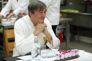 """Stephen Fry Admits to Suicide Attempt With """"Huge Number of Pills"""""""