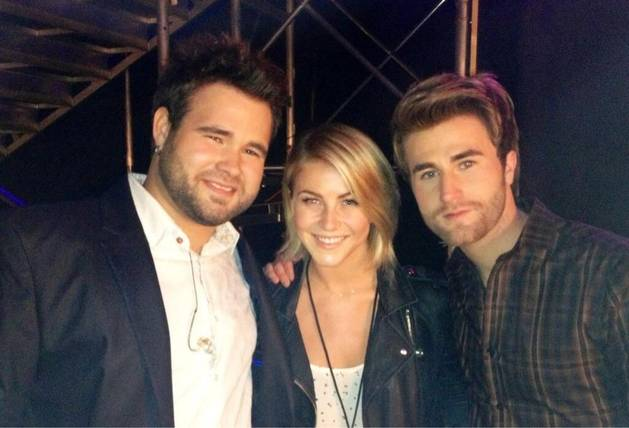 Julianne Hough Cozies Up to The Swon Brothers at Voice Finale (PHOTO)