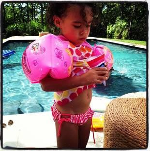 Grey's Anatomy's Ellen Pompeo and Daughter Stella Hit the Pool: Summer Fun! (PHOTO)