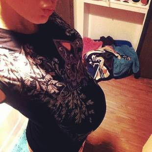 Adam Lind's Pregnant Girlfriend Taylor Halbur's 33 Week Bump (PHOTO)