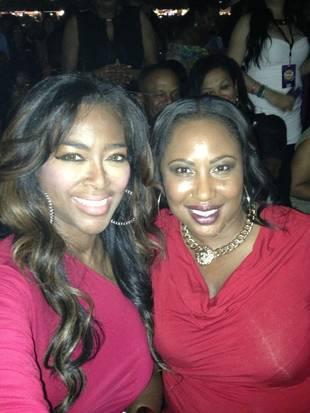 Kenya Moore Sees Her Idol, Beyonce, in Concert (PHOTO)