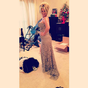 Pregnant Kim Zolciak Tries on Gowns (PHOTO)