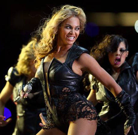 Beyonce Mishap: Montreal Fan Refuses to Let Go of Her Hair! (VIDEO)