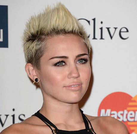 Miley Cyrus Shows Some Upskirt in London: Oops! (PHOTO)