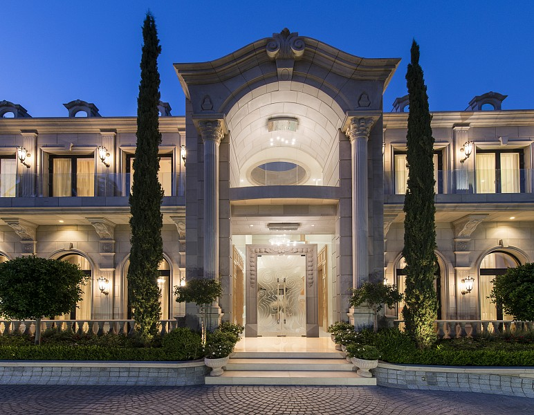 Mansion yolanda foster decorated sells for millions see for Luxury classic house