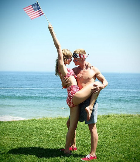 Taylor Swift in Sexy Bikini with New Guy on 4th of July! (PHOTOS)