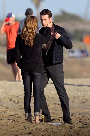 Revenge Season 3 Spoiler: Emily VanCamp and Barry Sloane Get Handsy on the Beach! (PHOTOS)
