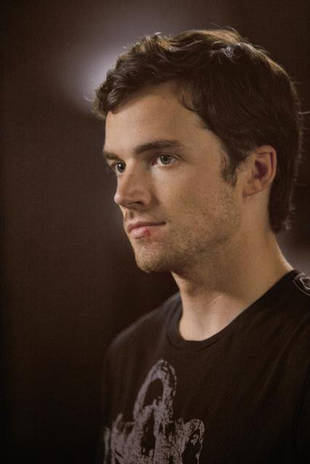 Pretty Little Liars Crazy Fan Theory: Ezra Has an (Evil) Twin