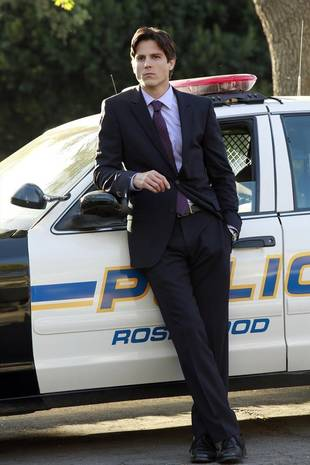 Pretty Little Liars Spoiler: Will Officer Holbrook Hook Up With a Liar?