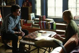 "Pretty Little Liars Spoiler: ""It's a Mess"" With Ezria in Season 4, Episode 17?"