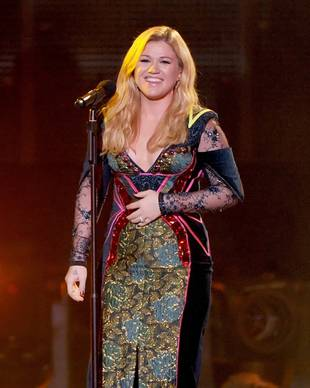 "Kelly Clarkson Praises ""Classy"" Selena Gomez After Dissing Miley Cyrus"