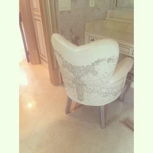 Kim Zolciak Gets a Swarovski Crystal-Covered Makeup Chair (PHOTO)