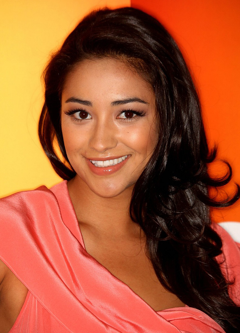 Pretty Little Liars' Shay Mitchell Stays Fit With Late Night Boxing Session (PHOTO)