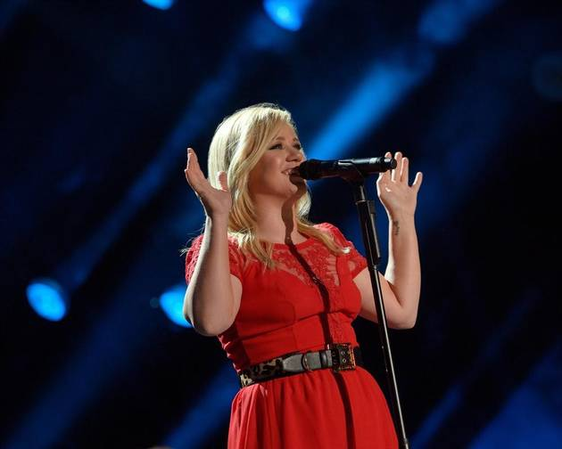 """Kelly Clarkson Sings New Single """"Tie It Up"""" at CMA Music Festival (VIDEO)"""