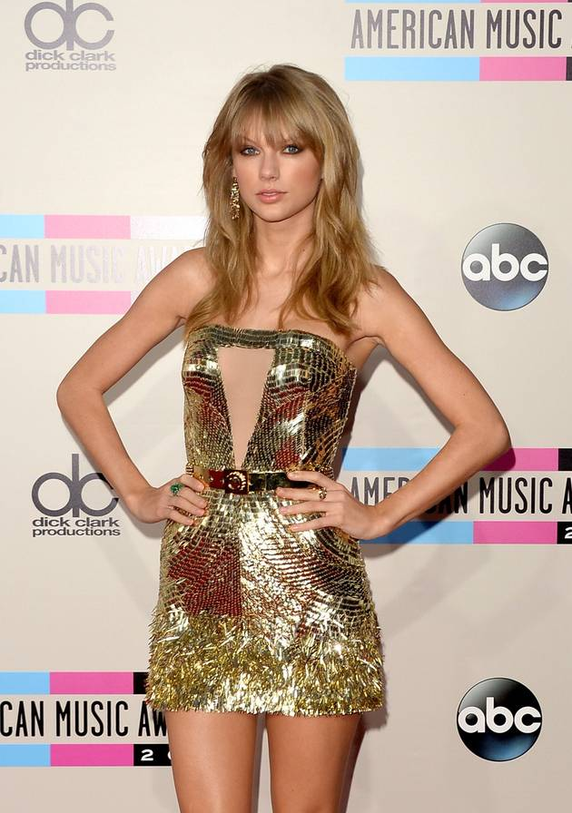 Taylor Swift's VMA Finally Comes in The Mail — And She Almost Breaks It!