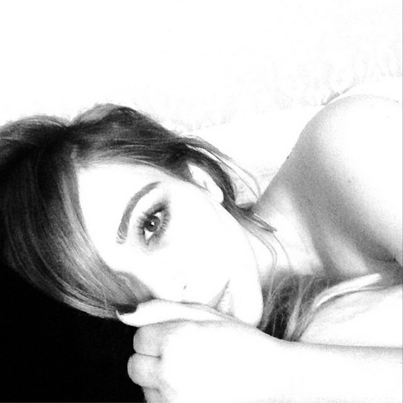 Kim Kardashian Shows Off Sexy New Look in Bed (PHOTO)