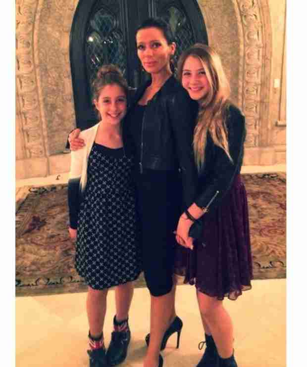 "Carlton Gebbia Shares ""Dinner Date"" Pic With Her Daughters (PHOTO)"