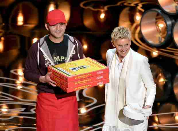 Ellen's Oscar's Pizza Party: The Delivery Guy Was Tipped $1,000 (VIDEO)