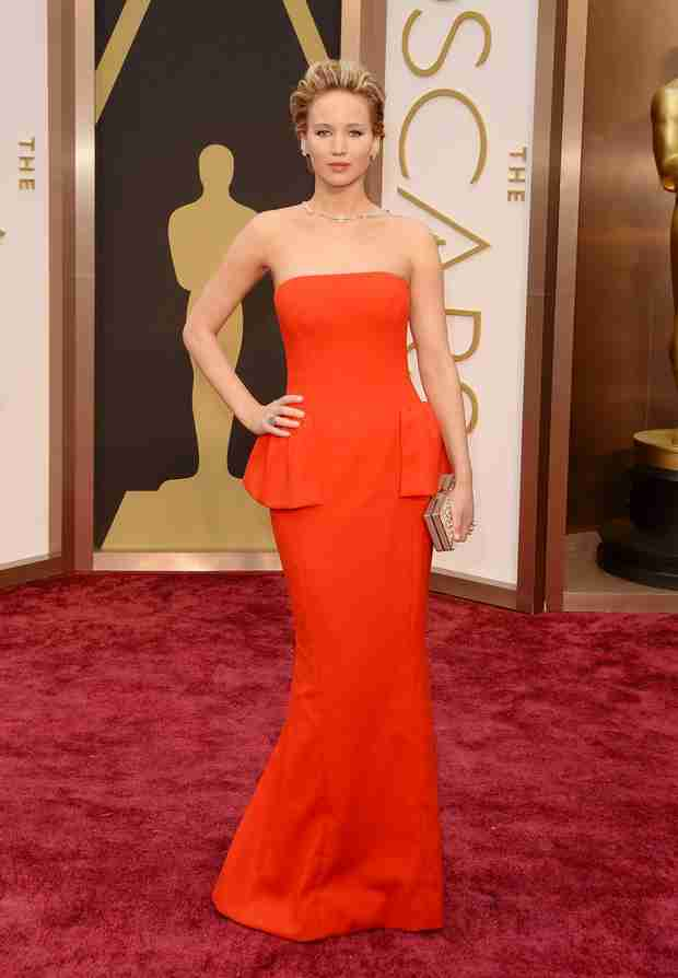 Jennifer Lawrence Swings Her Arm Fat on the Oscars 2014 Red Carpet! (VIDEO)