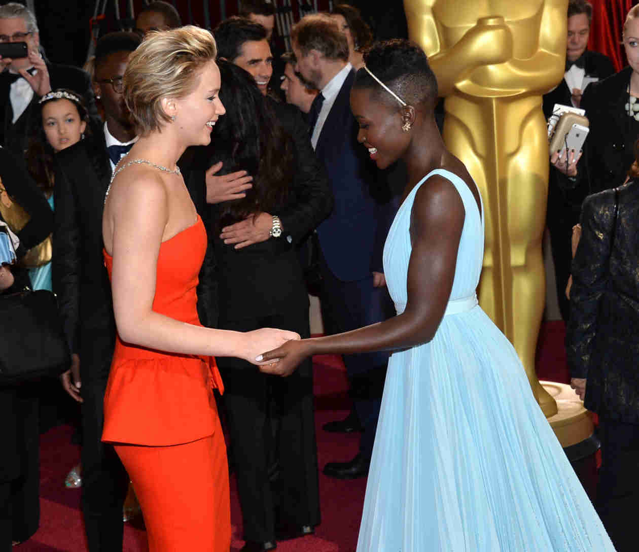 "Jennifer Lawrence and Lupita Nyong'o ""Fight"" Over Oscar: See the Pic! (PHOTO)"
