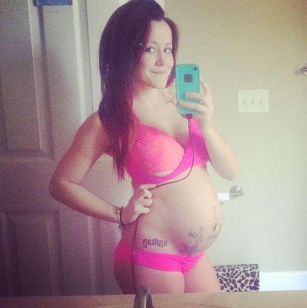 "Pregnant Jenelle Evans Slams Fans For Calling Her ""Fat""!"