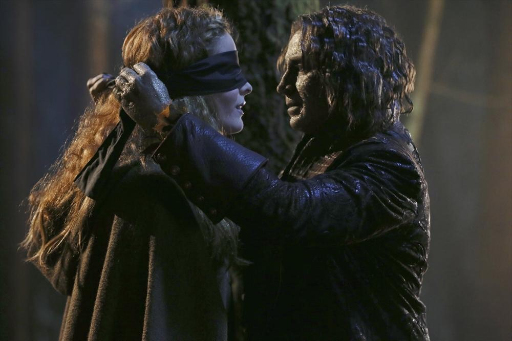 Once Upon a Time Spoiler: A Shocking Kiss! (PHOTO)