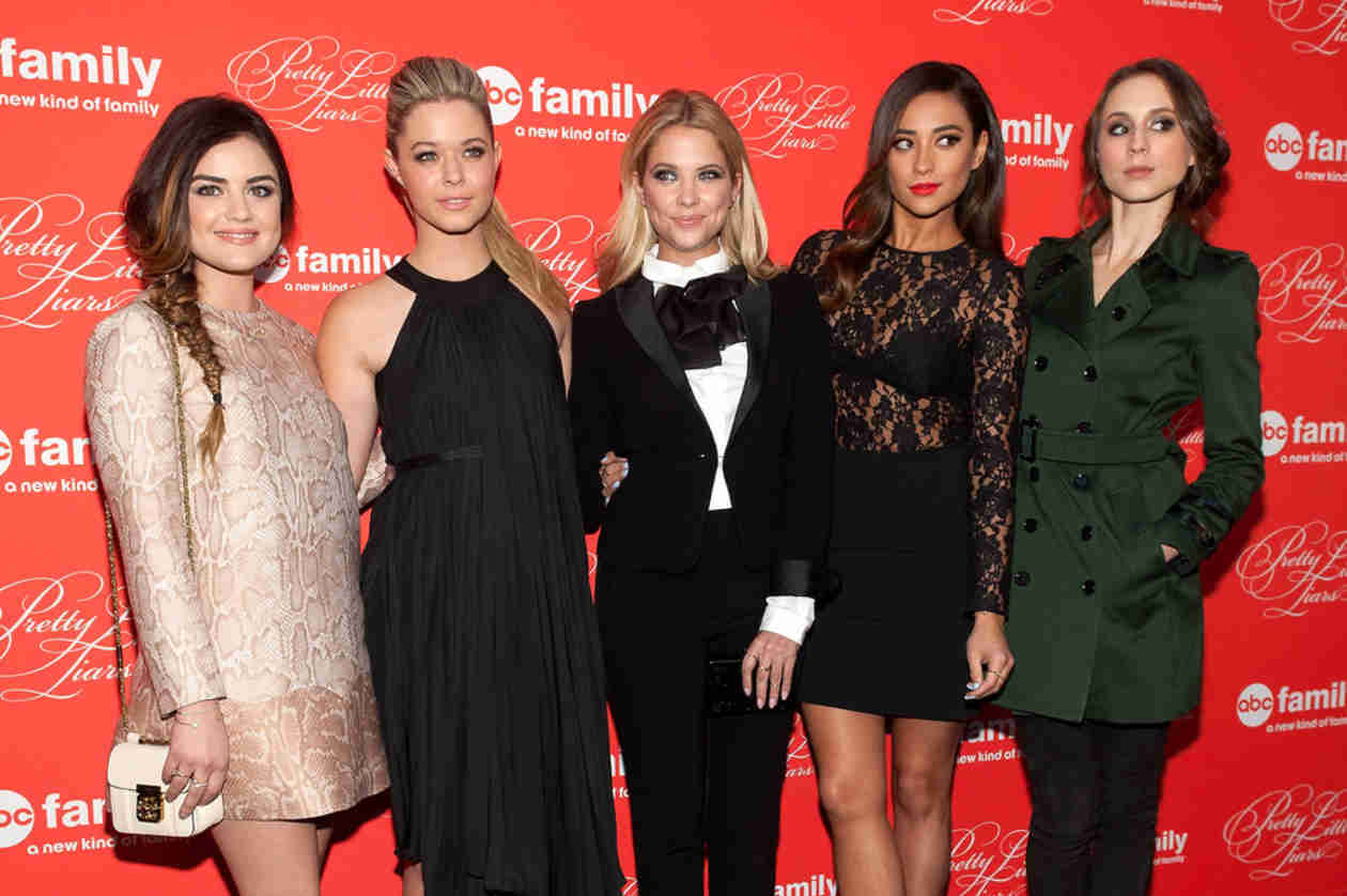 Pretty Little Liars Cast Cuddle Up After Late Night on Set — Sleepy Little Liars! (PHOTO)