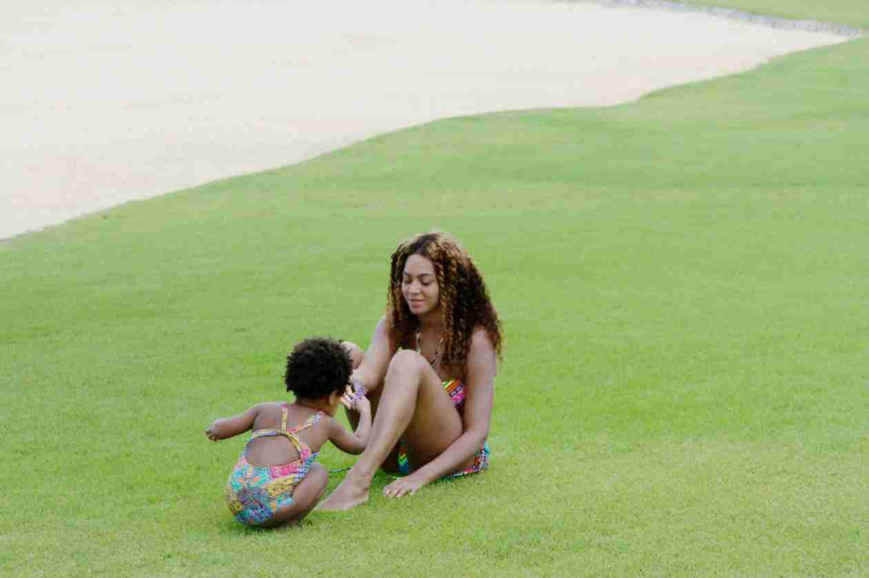 This Photo of Blue Ivy and Beyoncé on Vacation Will Melt Your Heart (PHOTO)