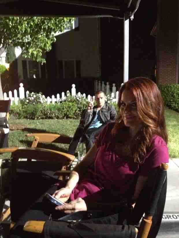 Pretty Little Liars 100th Episode: What Is Travis Doing With Hanna's Mom? (PHOTO)