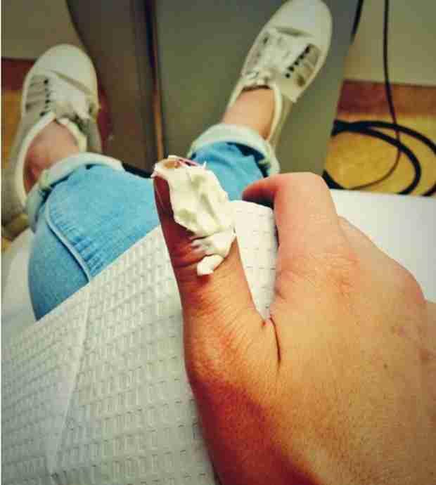 LeAnn Rimes Got a Staph Infection, Shows Off Gross Finger Bandage (PHOTO)