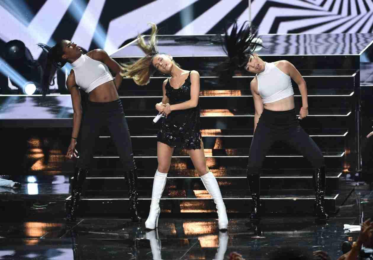 Did Ariana Grande Steal Mariah Carey's Dance Moves? (VIDEOS)