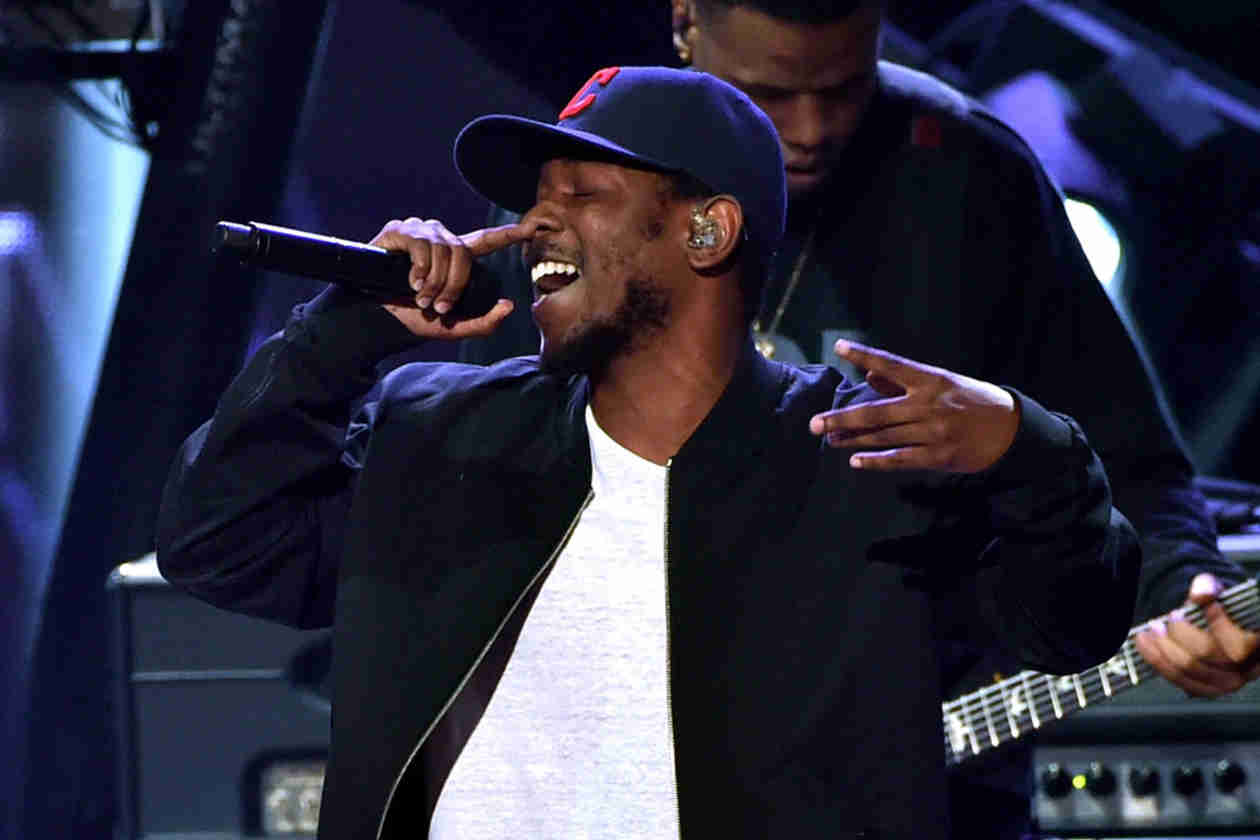 "Kendrick Lamar Covers Tupac's ""California Love"" at iHeartRadio Music Awards — Watch! (VIDEO)"