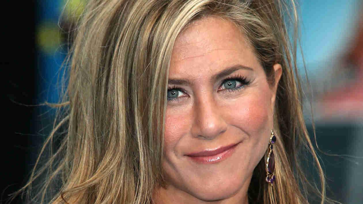 Jennifer Aniston Goes Back to Blond!